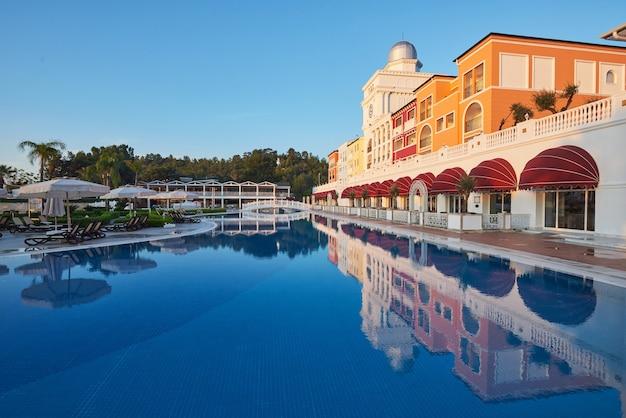 Piscine Et Plage De L'hôtel De Luxe. Photo Premium