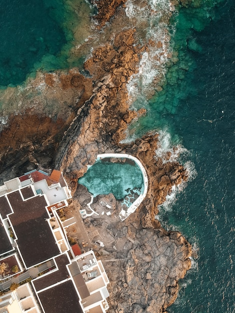 Piscine près de la mer en vue de drone Photo Premium