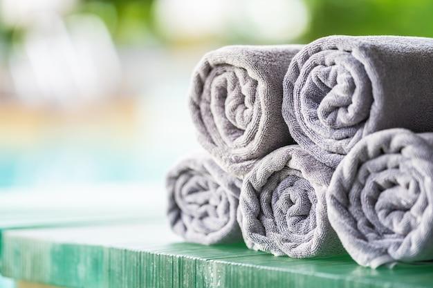 Piscine à serviettes autour de la piscine Photo gratuit