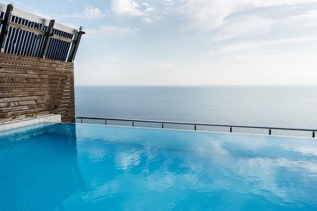 Piscine sur le toit de la maison avec vue sur la mer Photo Premium