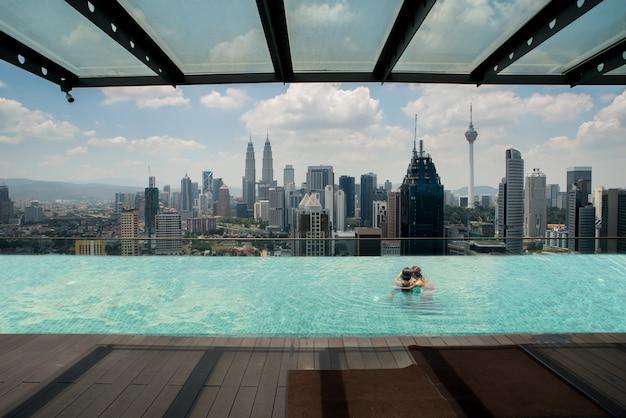 Piscine sur le toit avec vue magnifique sur la ville de kuala lumpur, malaisie. Photo Premium