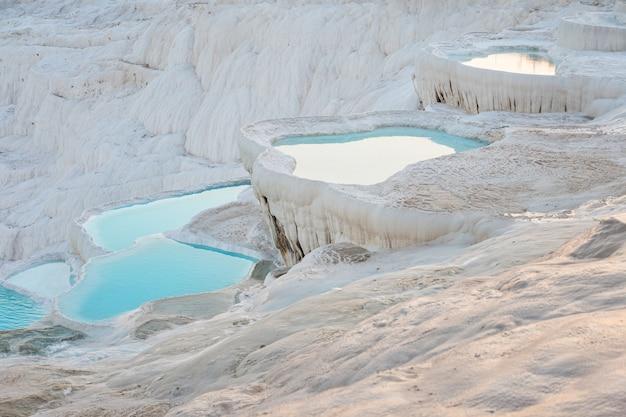 Piscines Et Terrasses En Travertin Naturel Avec De L'eau à Pamukkale Photo Premium