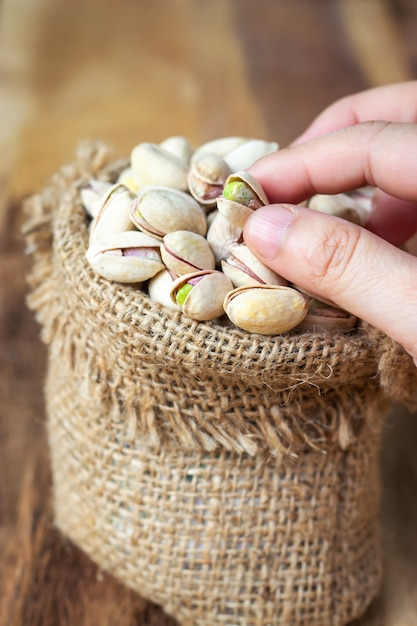 Pistaches séchées dans un petit sac. grain pour la santé. bonne graisse Photo Premium