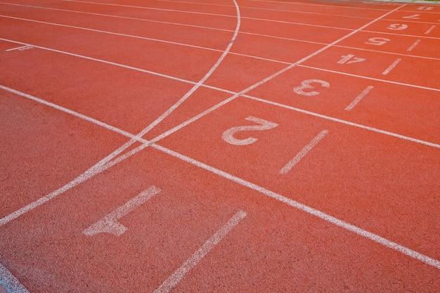 Piste d'athlétisme avec numéro un, deux, trois, quatre, cinq et six dans le stade Photo Premium