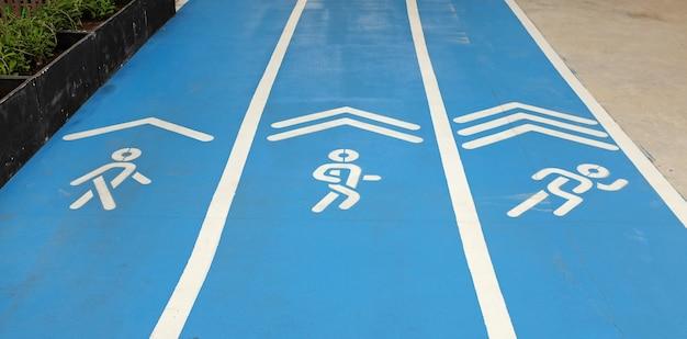 Piste de course sportive bleue avec panneau, marche, jogging et course Photo Premium