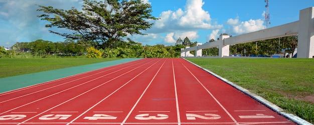 Piste de course avec voies sur ciel et nuages. Photo Premium