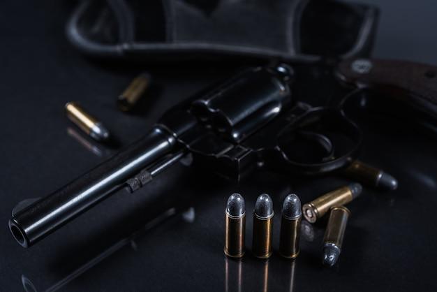 Pistolet sur fond noir Photo Premium