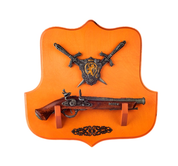 Pistolet miniature, poignards et blason isolés Photo Premium
