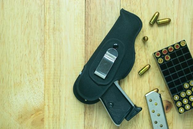 Pistolet et munitions sur table Photo Premium
