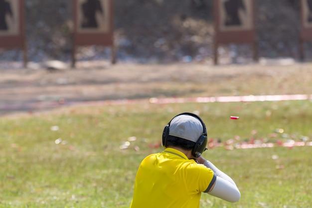 Pistolet tireur sur un champ de tir en plein air, mise au point sélective Photo Premium