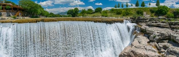 Les pittoresques chutes du niagara sur la rivière cievna. monténégro, près de podgorica. Photo Premium