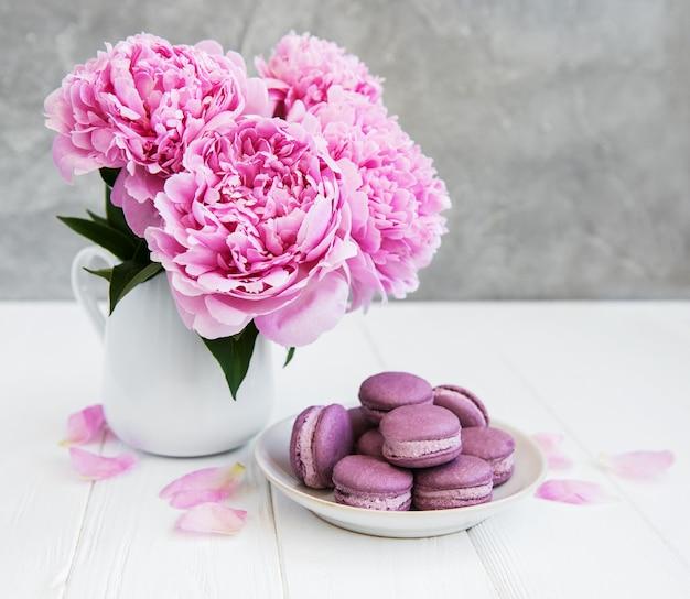 Pivoine rose avec macarons Photo Premium