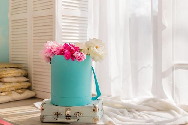 Pivoines Roses Et Blanches Dans Une Boîte En Papier. Boîte De Fleurs. Décoration Intérieure Aux Couleurs Pastel. Bonne Fête Des Mères. Carte De Voeux Floral. Photo Premium
