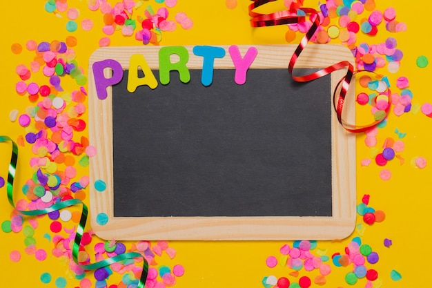 Pizarra negra con decoración de fiesta Photo gratuit