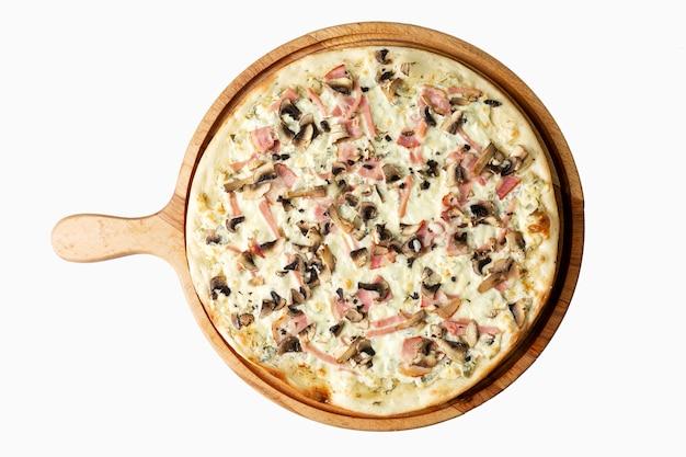 Pizza Appétissante Au Jambon Sur Une Planche De Bois. Cuisine Italienne Traditionnelle. Vue De Dessus. Isolé Sur Blanc. Photo Premium