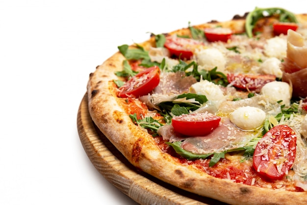 Pizza Au Fromage, Viande Et Tomates Sur Blanc Photo Premium