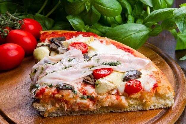 Pizza au jambon et au fromage Photo Premium