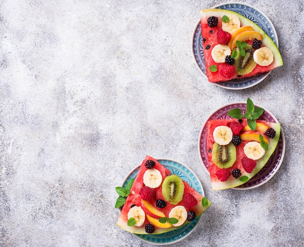 Pizza au melon d'eau avec fruits et baies Photo Premium