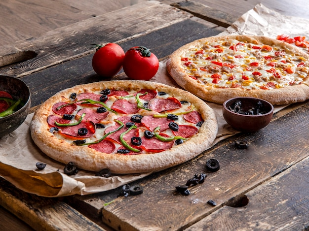 Pizza au pepperoni et au poulet avec mélange de légumes Photo gratuit