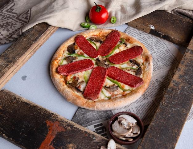 Pizza au pepperoni aux champignons et au poivron vert. Photo gratuit