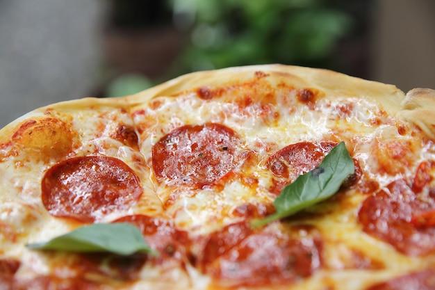 Pizza au pepperoni sur fond de bois Photo Premium