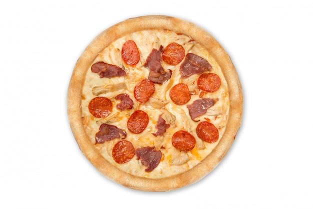 Pizza au pepperoni et jambon isolé sur fond blanc. vue de dessus Photo Premium