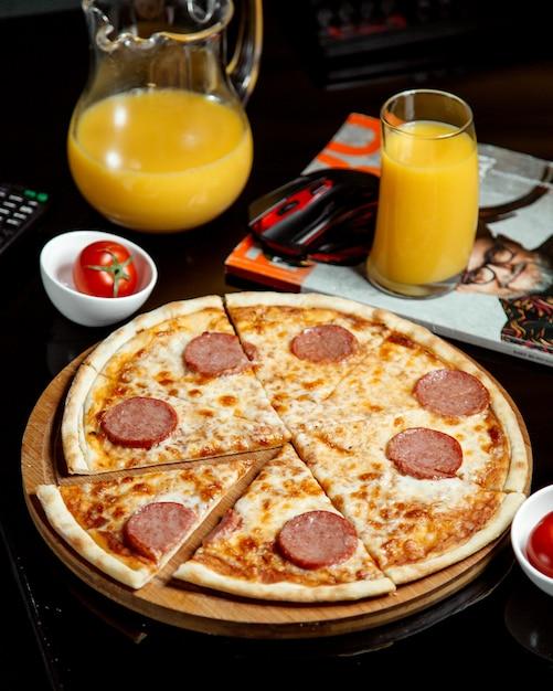 Pizza au pepperoni sur la table Photo gratuit