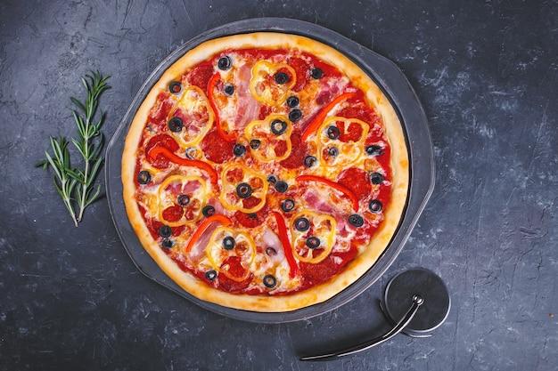 Pizza Au Poivre, à La Viande Et Aux Tomates Photo Premium
