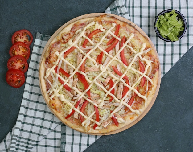 Pizza au poulet, poivron rouge et sauce ranch Photo gratuit