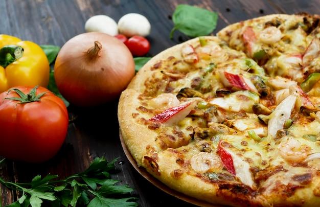 Pizza aux fruits de mer et ingrédients, légumes à décorer tels que tomates, piments, ail et champignons Photo Premium