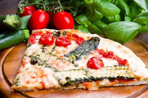 Pizza aux légumes grillés Photo Premium