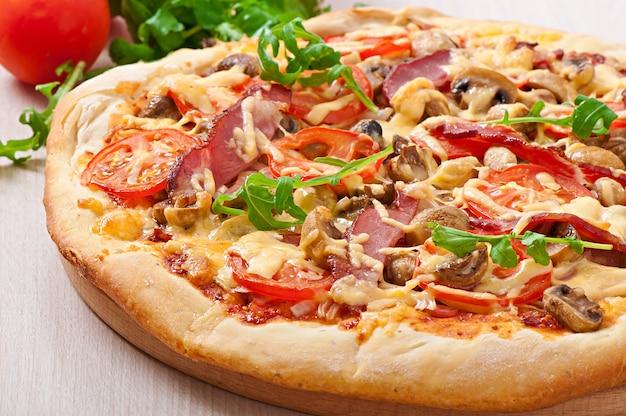 Pizza Aux Légumes Et Jambon Photo gratuit