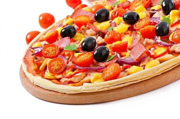 Pizza Aux Légumes, Poulet, Jambon Et Olives Isolé Sur Blanc Photo gratuit