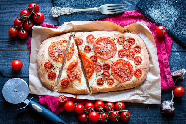Pizza aux tomates faites à la main Photo Premium