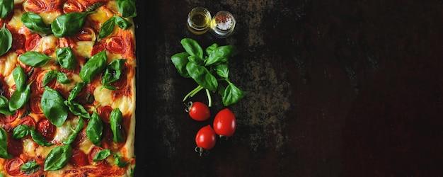 Pizza caprese. keto diet sur fond noir Photo Premium