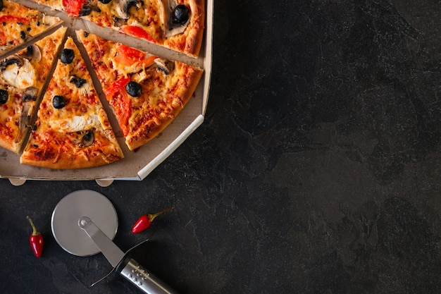 Pizza, champignons, olives, poulet, sauce tomate, fromage, (ingrédients de la pizza) Photo Premium