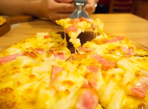 Pizza et cuillère à levée avec la main Photo gratuit