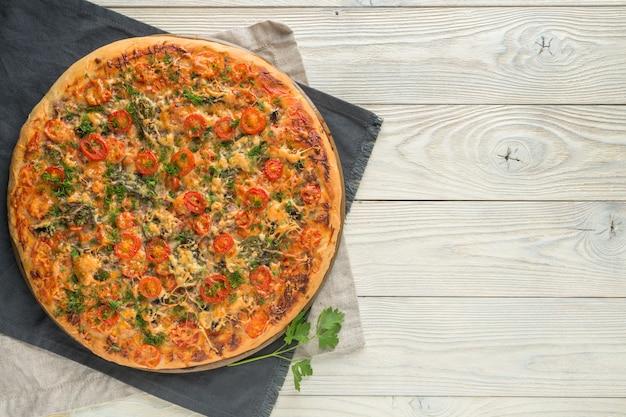 Pizza Cuite Sur Une Vue De Dessus De Fond En Bois Photo Premium