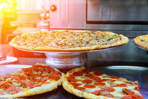 Pizza deluxe avec une part de pizza dans un restaurant moderne Photo Premium