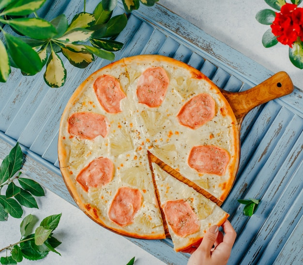 Pizza à la dinde et au fromage Photo gratuit
