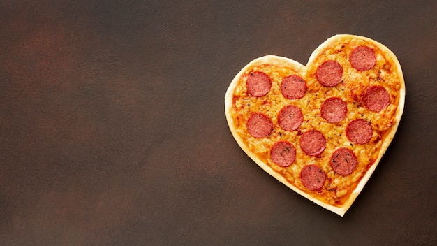Pizza En Forme De Coeur Avec Espace Copie Photo gratuit