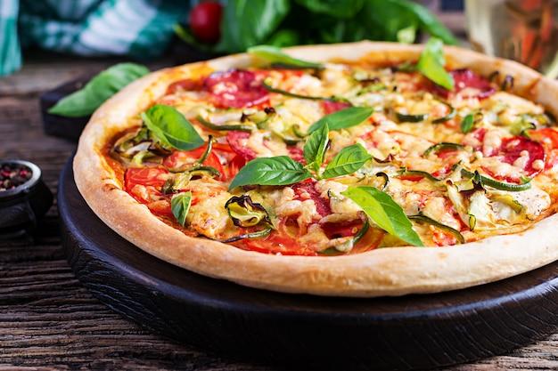 Pizza Italienne Au Poulet, Salami, Courgette, Tomates Et Fines Herbes Photo gratuit