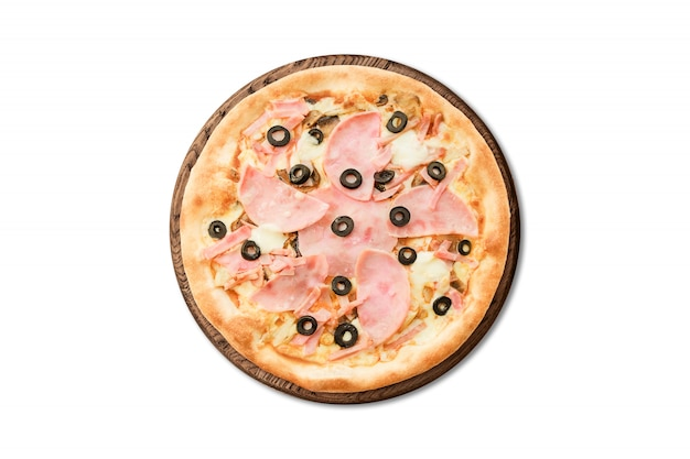 Pizza italienne traditionnelle au jambon et aux olives sur une planche en bois isolée sur fond blanc pour le menu Photo Premium