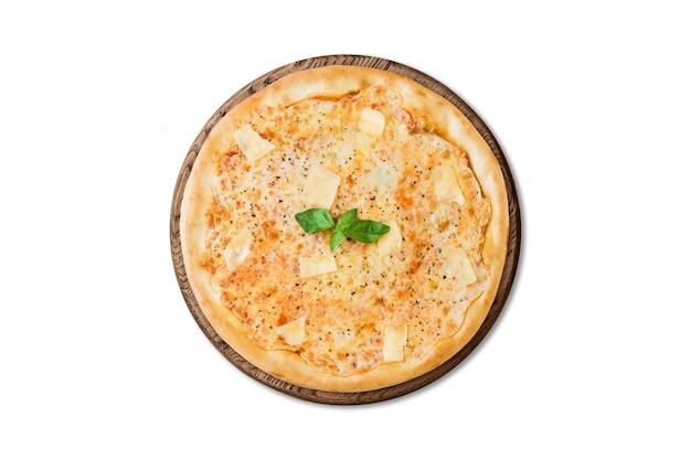 Pizza italienne traditionnelle trois fromages sur une planche en bois isolée sur fond blanc pour le menu Photo Premium