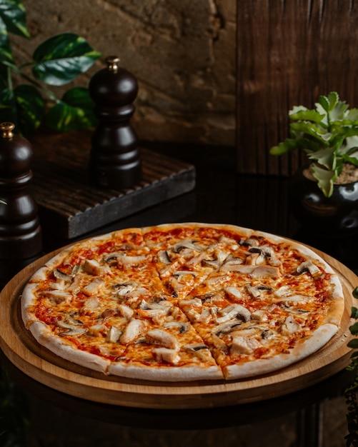Pizza margarita aux champignons et à la sauce tomate Photo gratuit
