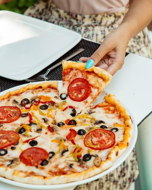Pizza margherita aux olives Photo gratuit