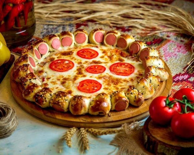 Pizza Mixte Avec Saucisses Et Tomate Photo gratuit