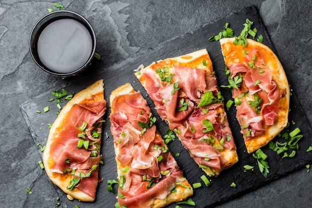 Pizza Naan Au Jambon Serrano Sur Ardoise Photo Premium