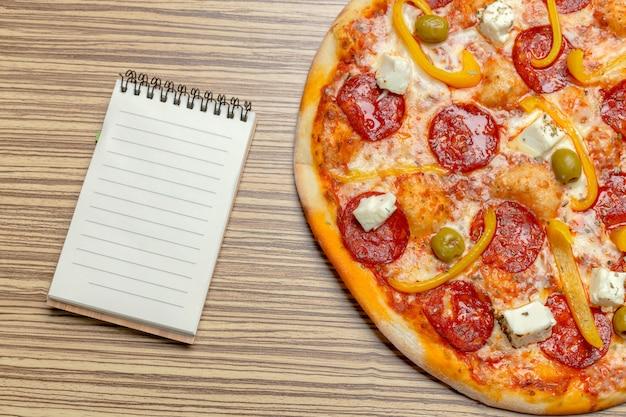 Pizza avec papier vierge avec copie Photo Premium