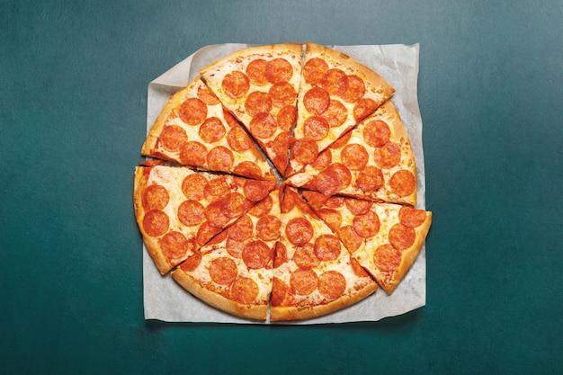 Pizza Peperoni Au Tableau Vert. Photo Premium